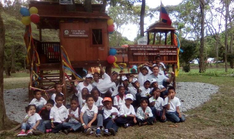 Inparques construyó la primera casa de árbol para los Pequeños Guardaparques