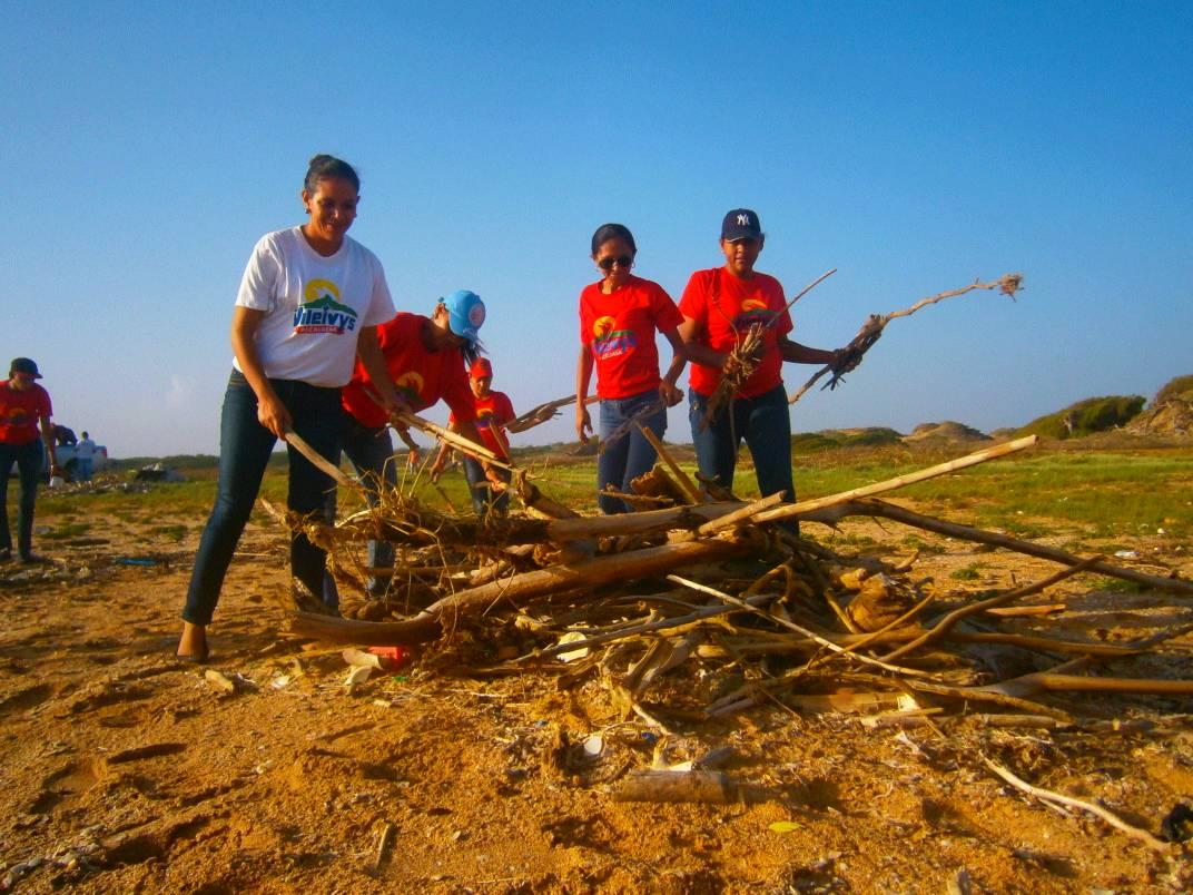 Inparques e instituciones ecosocialistas de Falcón sanean costa del Parque Médanos de Coro