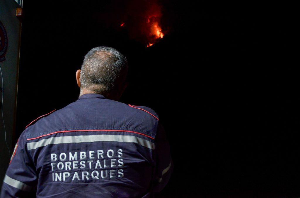 100 funcionarios de los cuerpos de seguridad atienden incendio forestal en el Waraira Repano