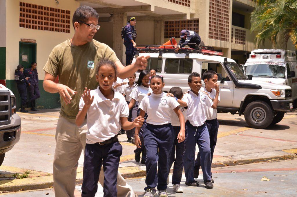 Estudiantes de instituto de educación especial fueron bomberitos por un día