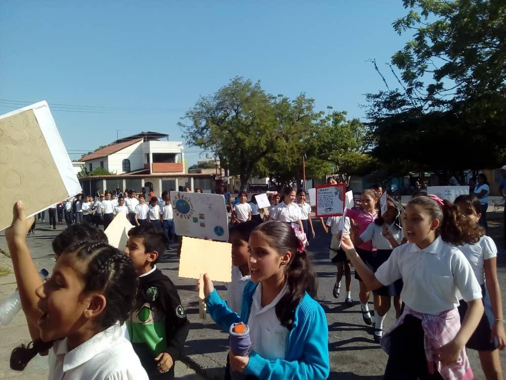 Mensajes conservacionistas portaron escolares de Barcelona en caminata por el Día de la Juventud