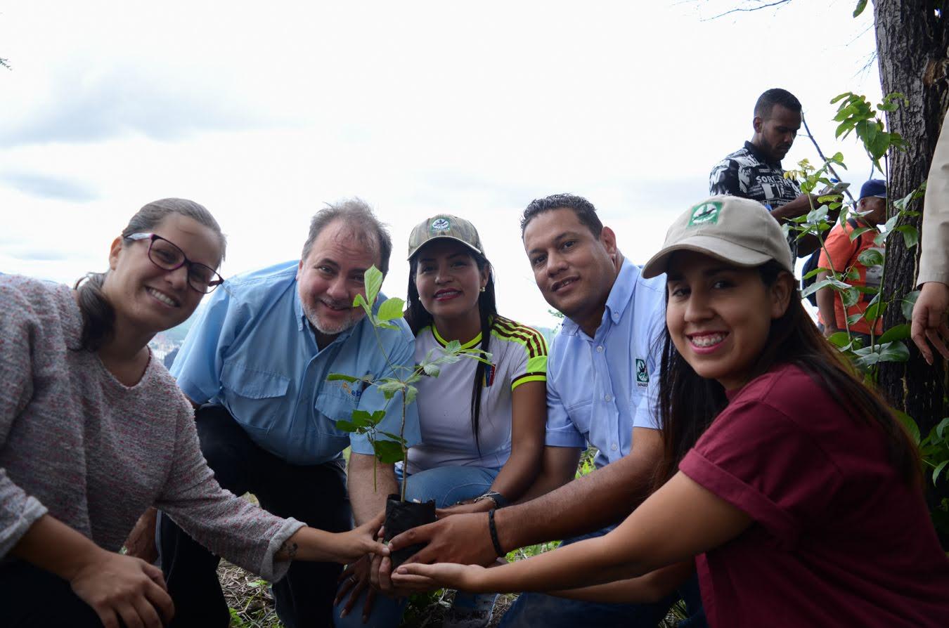 Inparques y Defensoría del Pueblo combaten deforestación plantando 300 árbóles